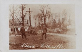 Des soldats allemands aux pieds du calvaire de Neuve-Chapelle