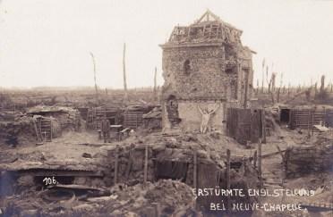 La statue du Christ de Neuve-Chapelle dans celle qui semble être une tranchée allemande (probablement en 1915)