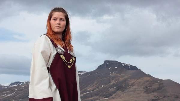 Sur les traces de Þordis, trois mouvements_Maria Osp, scene aux champs